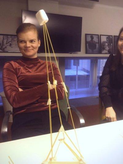 Tässä seisoo voittaja spagetti-vaahtokarkki-rakennelma.